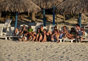 Группа друзей на пляже