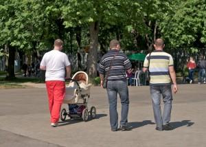 Папочки, гуляющие в парке